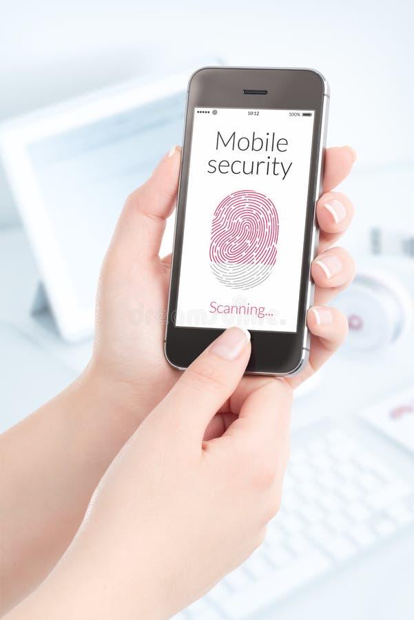 Exploración de la huella dactilar de Smartphone para la seguridad móvil fotografía de archivo