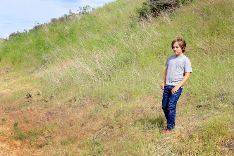 Exploración del chico del campo del tween fotografía de archivo libre de regalías