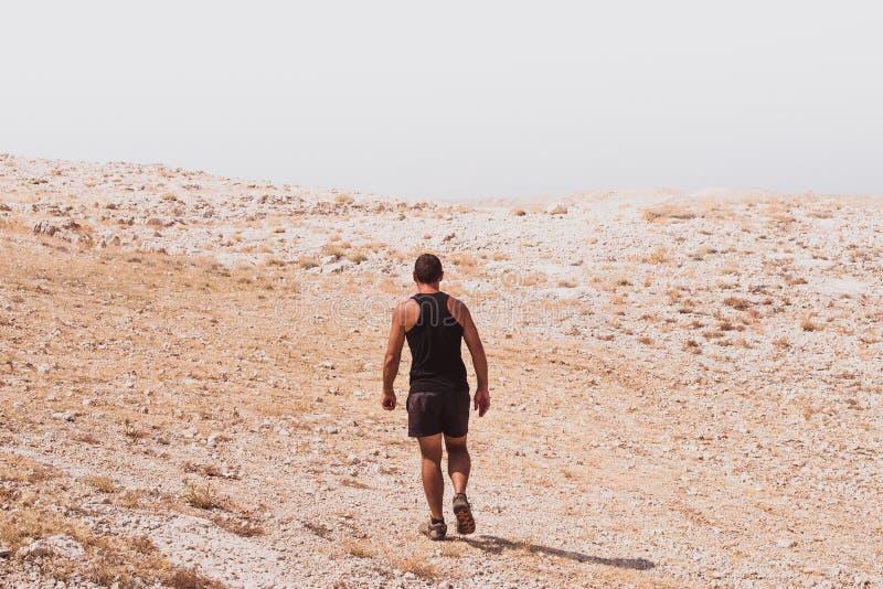 Exploración - el caminar humano solo en conceptos de una libertad rocosa del desierto y de la forma de vida y del deporte de la a imágenes de archivo libres de regalías
