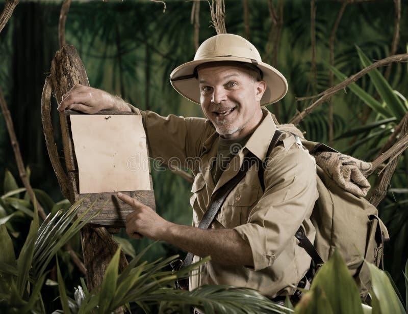 Explorador alegre que señala a una muestra fotos de archivo libres de regalías