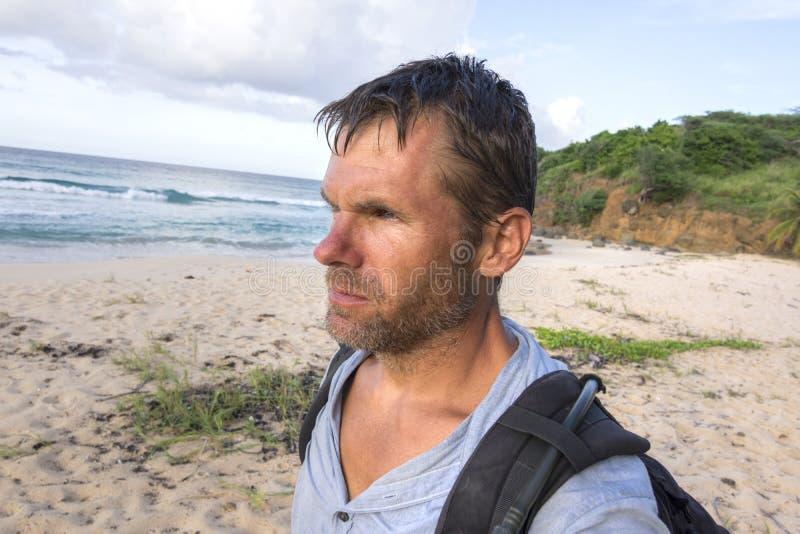Explorador da região selvagem na praia tropical fotografia de stock royalty free