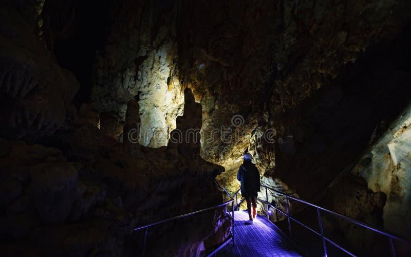 Explorador de la cueva con el casco fotos de archivo libres de regalías