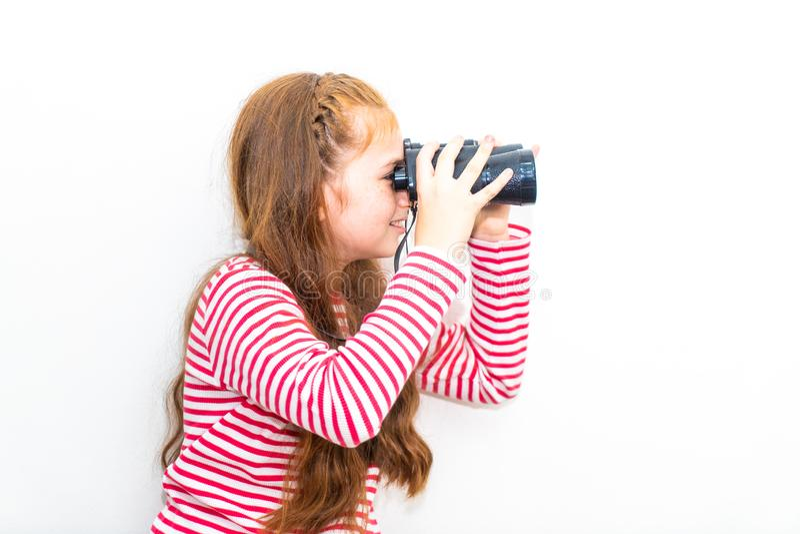 Explorador de la niña que mira a través de los prismáticos foto de archivo libre de regalías