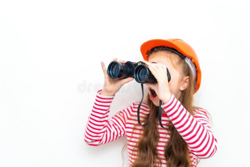 Explorador de la niña que mira a través de los prismáticos fotografía de archivo