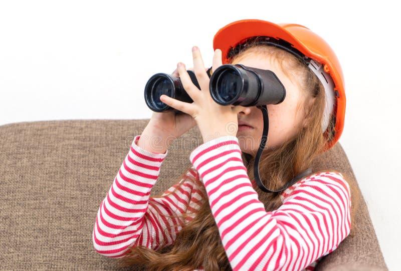Explorador de la niña que mira a través de los prismáticos imágenes de archivo libres de regalías