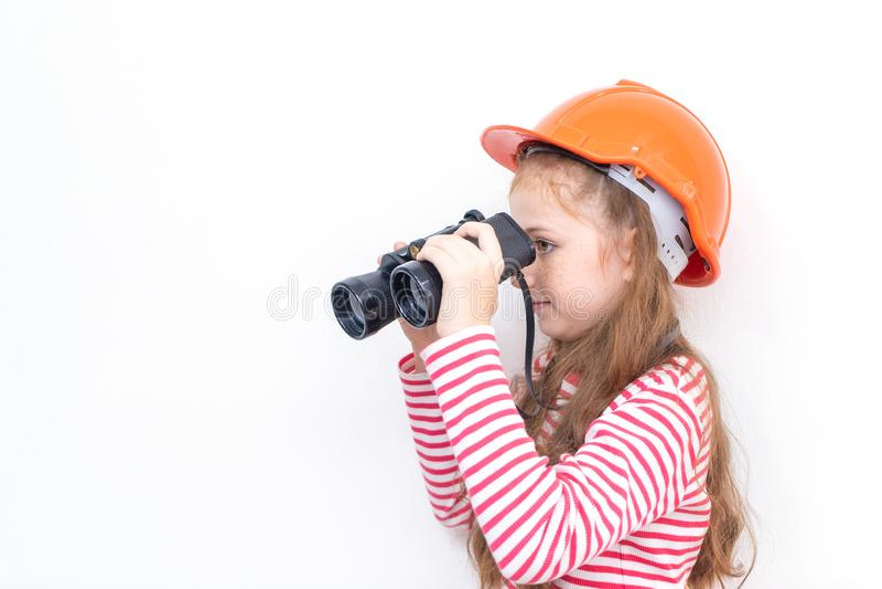 Explorador de la niña que mira a través de los prismáticos fotografía de archivo libre de regalías