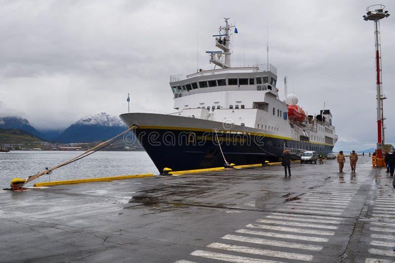 Explorador de National Geographic amarrado en Ushuaia, la Argentina imagen de archivo