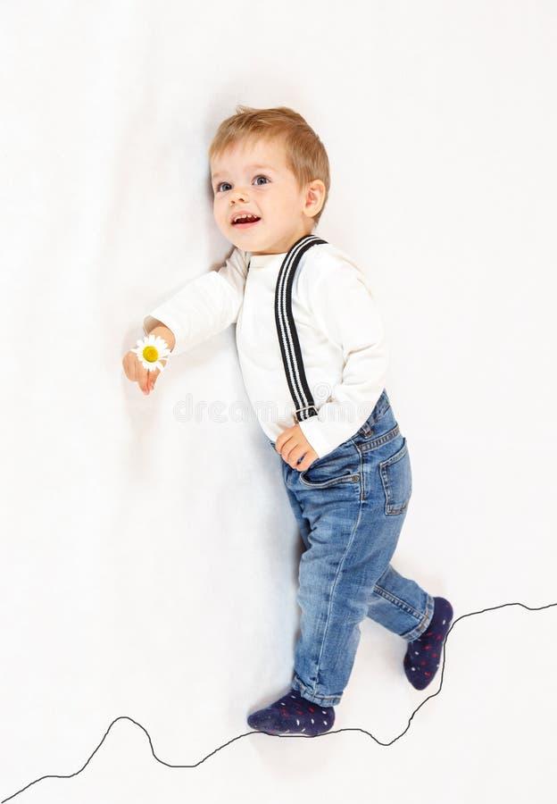 Explorador de niño pequeño valiente que camina a lo largo de la trayectoria imaginaria fotos de archivo libres de regalías