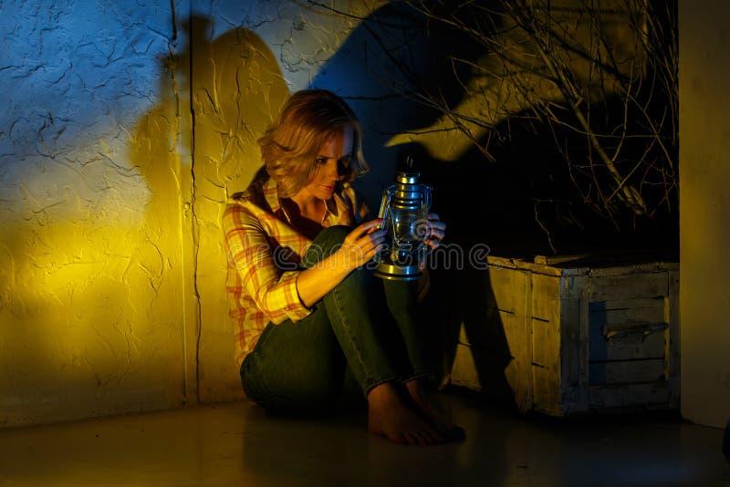 Explorador de sexo femenino joven que sostiene la linterna mágica en lugar de la fantasía fotos de archivo libres de regalías