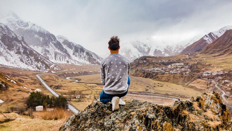 Explorador do homem da paisagem de Kazbegi fotografia de stock royalty free