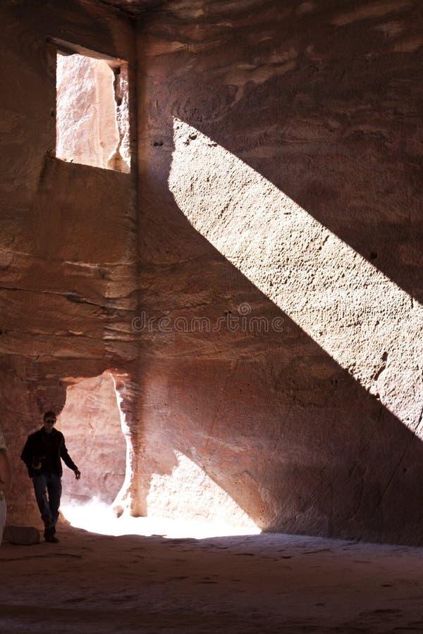 Explorador en la cueva histórica y famosa del petra fotografía de archivo