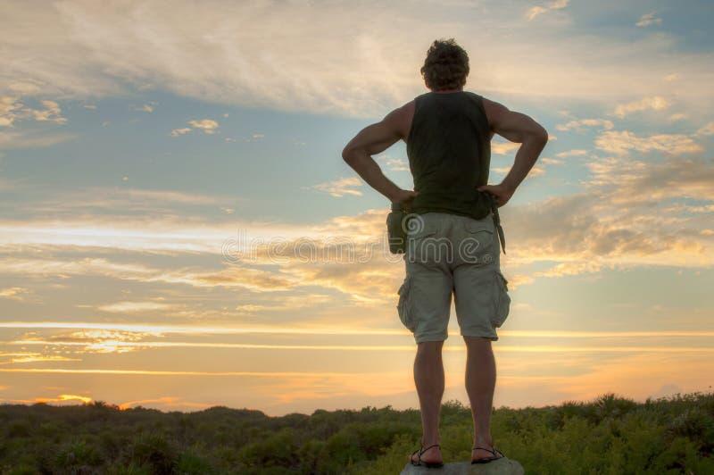 Explorador observando a paisagem fotos de stock royalty free
