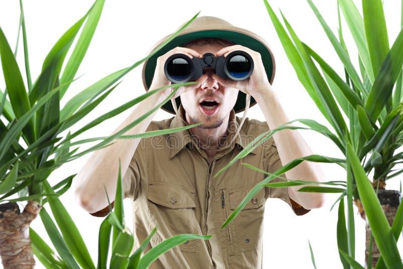 Explorador que mira a través de los prismáticos fotografía de archivo