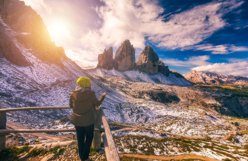 Explorador que procura o sentido com compasso em montanhas do verão, p fotos de stock