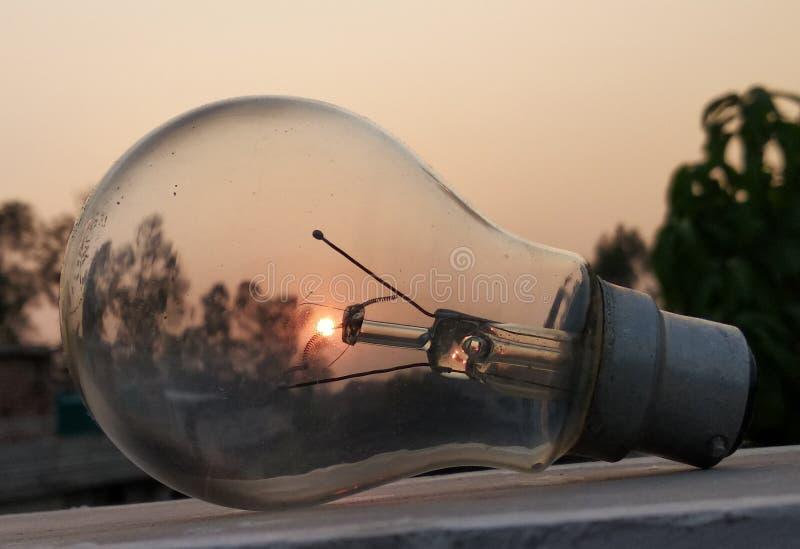 Explorar o Sol através de uma lâmpada fotos de stock