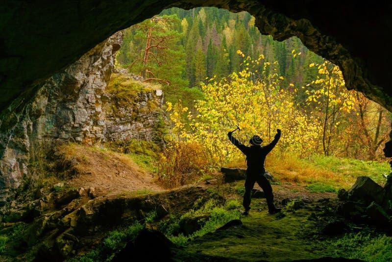 Explorateur dans la caverne photos stock