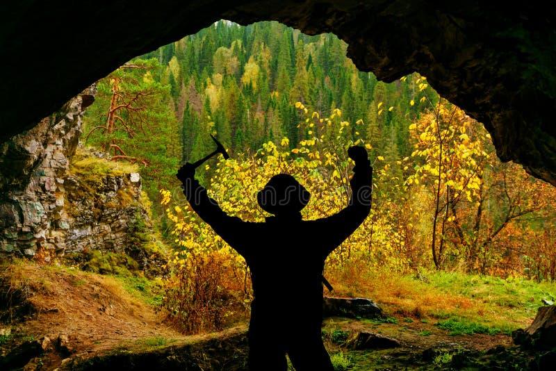 Explorateur dans la caverne images libres de droits