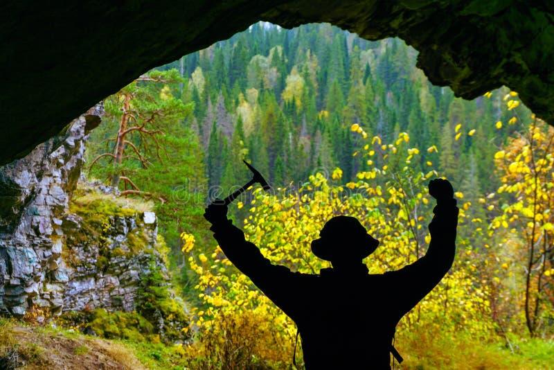 Explorateur dans la caverne image stock