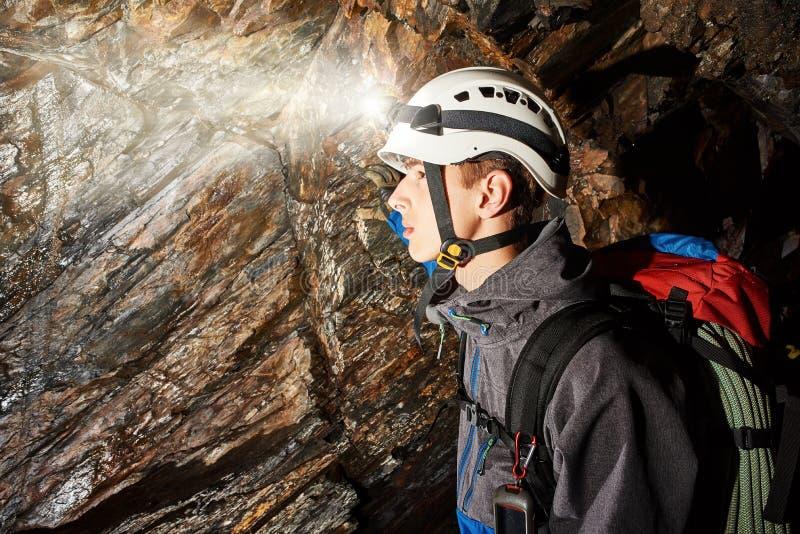 Exploration de caverne avec le casque et le phare image libre de droits