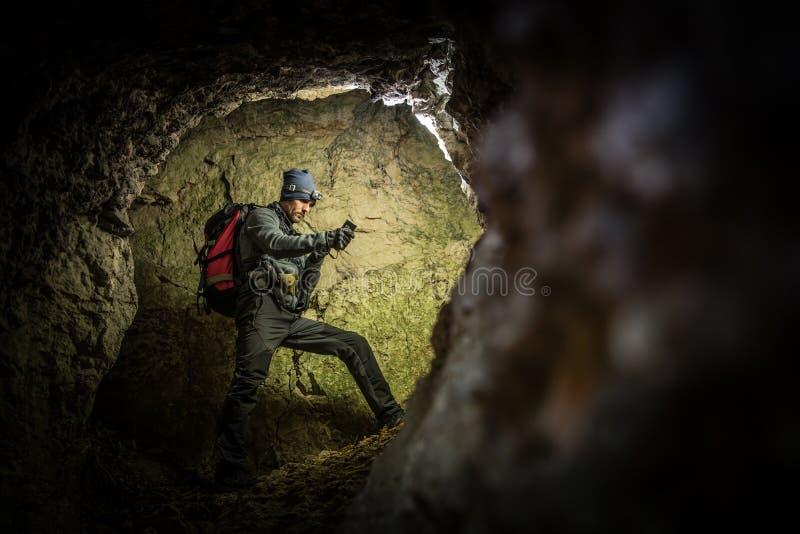 Exploration profonde de caverne par les hommes images stock