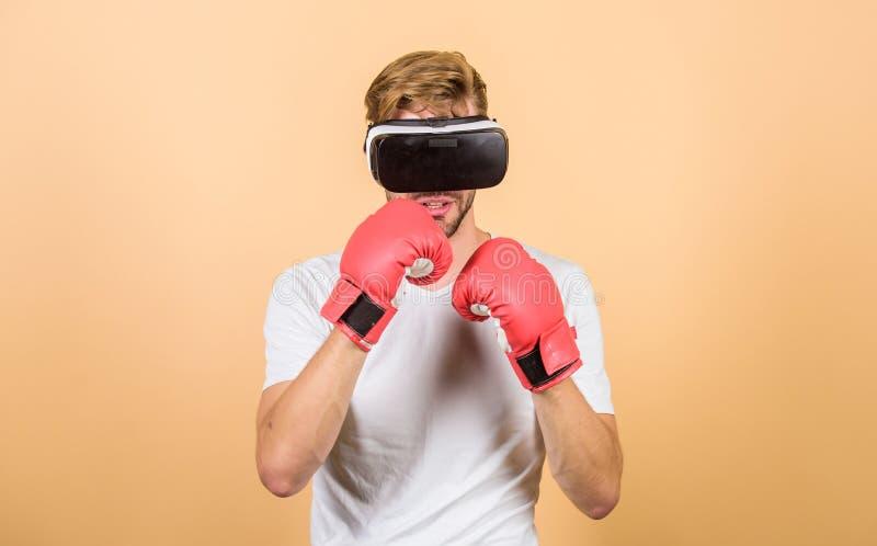 Explore o espaço do cyber Conceito do esporte do Cyber Treinamento em linha do treinador do Cyber Luvas de encaixotamento do desp imagens de stock royalty free