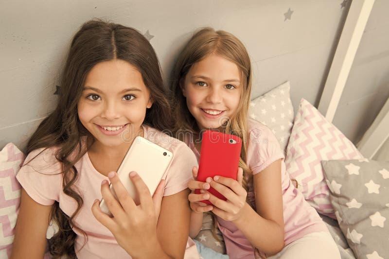 Explore a rede social Crian?as que tomam o selfie Conceito da aplica??o de Smartphone Entretenimento em linha Pijama de menina do imagens de stock royalty free