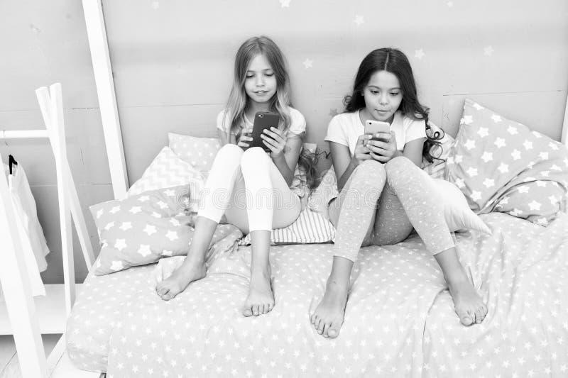Explore a rede social Smartphone para o entretenimento As crian?as jogam a aplica??o m?vel do jogo do smartphone Smartphone foto de stock royalty free