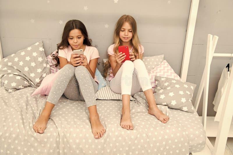 Explore a rede social Smartphone para o entretenimento As crian?as jogam a aplica??o m?vel do jogo do smartphone Smartphone imagem de stock