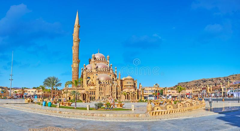 Explore Sharm El Sheikh, Sinai, Egypt. SHARM EL SHEIKH, EGYPT- DECEMBER 26, 2017: The picturesque square of Al Sahaba Al Mustafa mosque is decorated with plants royalty free stock images