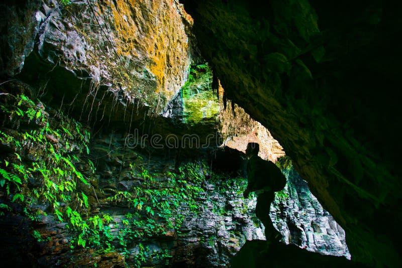 Explorer la caverne image stock