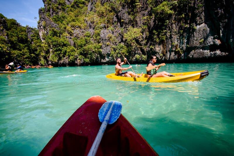 Explorer la petite lagune de l'EL Nido dans le kayak photos stock