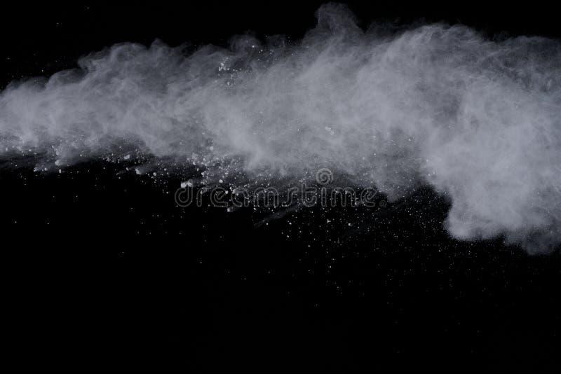 Explosão branca do pó isolada no fundo preto Poeira colorida splatted fotos de stock
