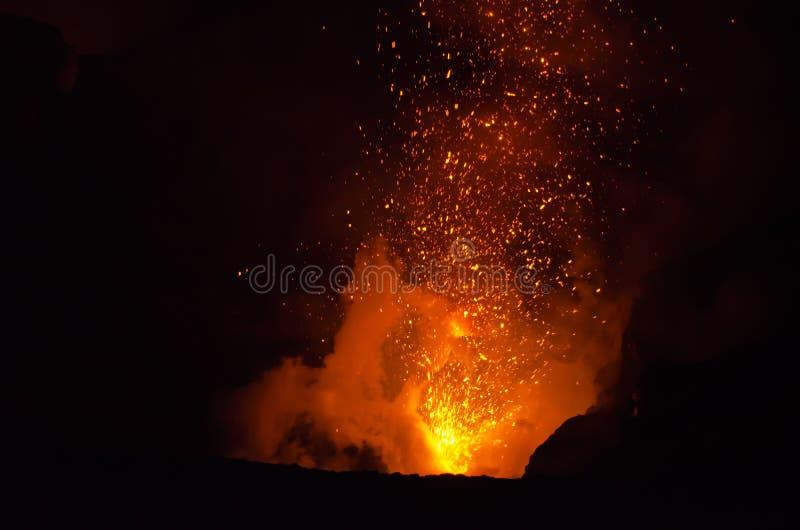 Explosão da lava no vulcão de Yasur foto de stock