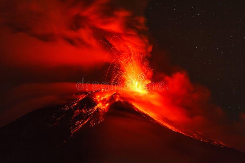 Explosão da noite do vulcão de Tungurahua foto de stock