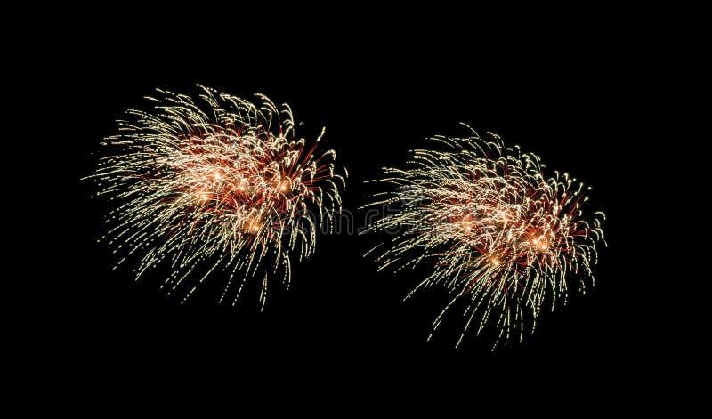 Explosão de fogos de artifício vermelhos e amarelos no céu noturno imagem de stock royalty free