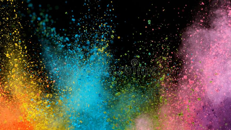 Explosão de pó colorido isolado sobre fundo negro fotos de stock royalty free