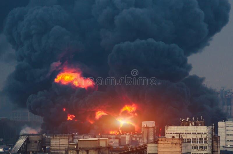 Explosão do gás da catástrofe no fogo do gasoduto e no fumo preto fotos de stock