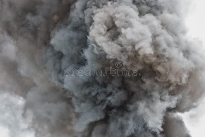 Explosão do pó preto Nuvem colorida A poeira preta explode imagens de stock