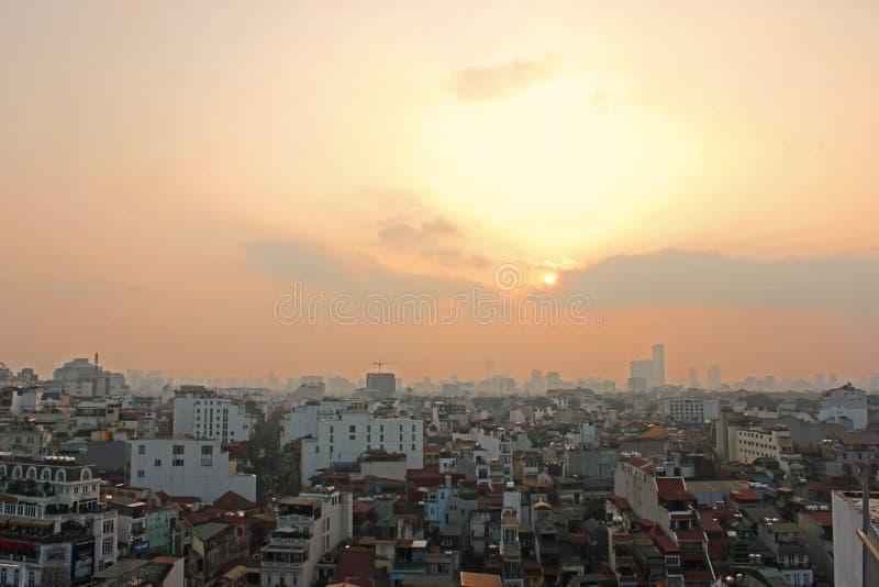Explosão do sol da mola da skyline da cidade dos telhados de Hanoi fotos de stock