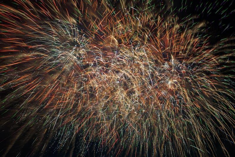 Explosão dos fogos de artifício no céu escuro Chuva dourada imagem de stock royalty free
