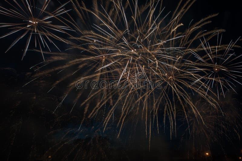 Explosão dos fogos de artifício no céu escuro imagens de stock