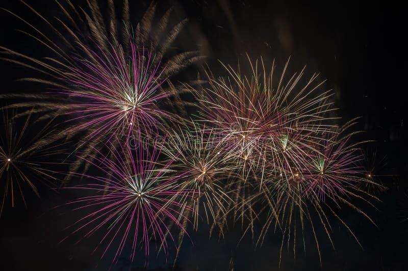 Explosão dos fogos de artifício no céu escuro fotografia de stock