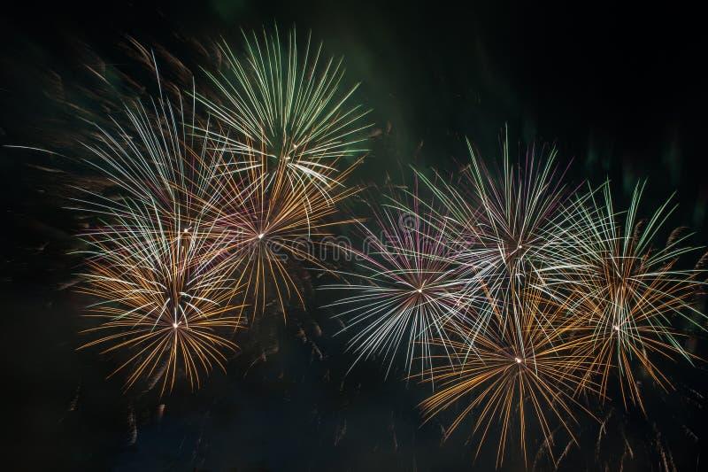Explosão dos fogos de artifício no céu escuro foto de stock royalty free