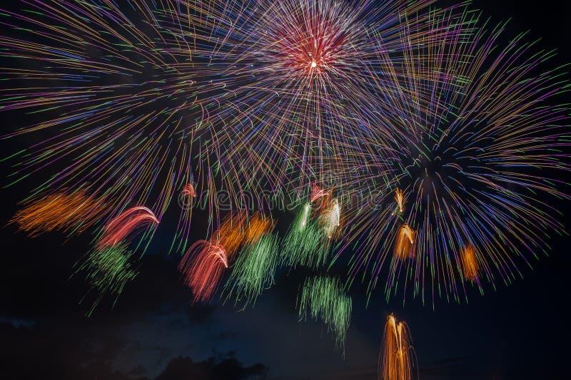 Explosão dos fogos de artifício no céu escuro imagens de stock royalty free