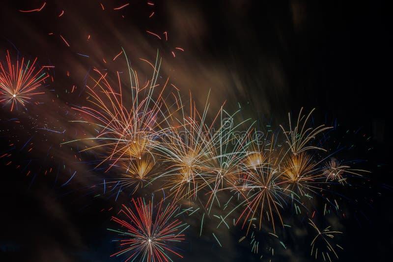 Explosão dos fogos de artifício no céu escuro fotos de stock