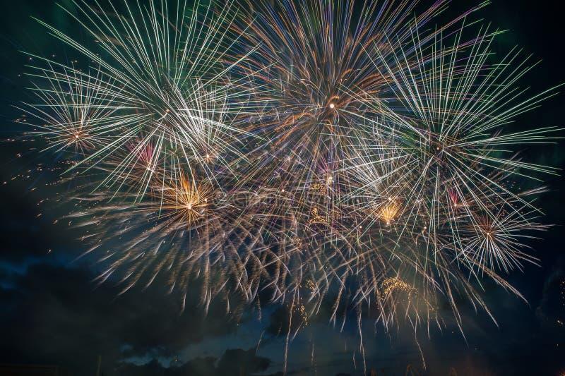 Explosão dos fogos de artifício no céu escuro foto de stock
