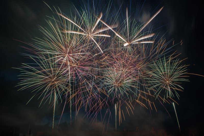 Explosão dos fogos de artifício no céu escuro imagem de stock royalty free