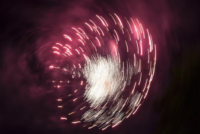 Explosão dos fogos de artifício no céu noturno fotografia de stock