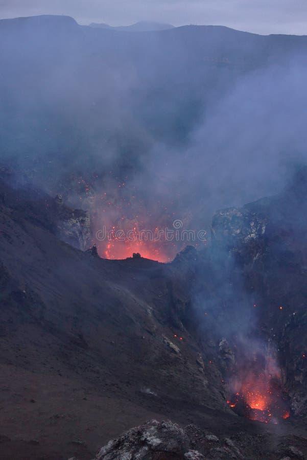 Explosão na cratera do vulcão de MountYasur imagem de stock