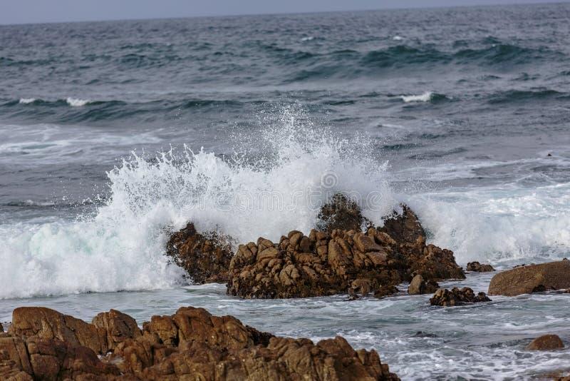 Explosões da água do oceano imagem de stock